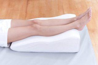 cuscino sotto le gambe